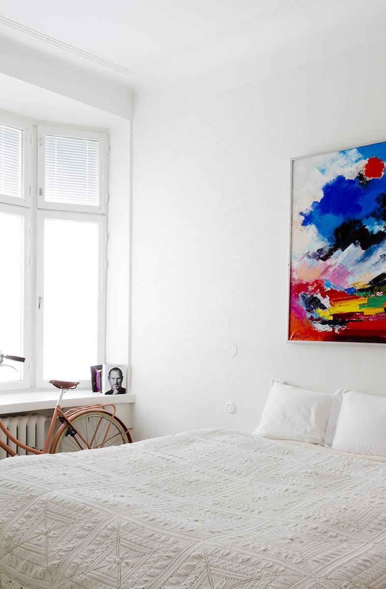 makuuhuoneen yleiskuva, taulu(kenen?), pinkki naistenpyörä