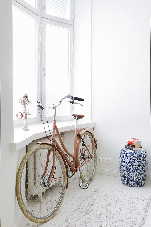 pinkki naistenpyörä nojaa ikkunalautaan